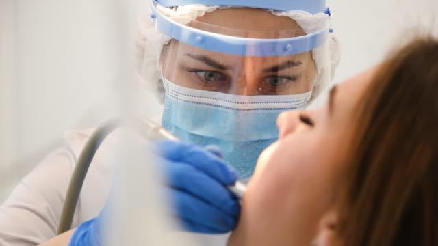 vídeos de stock, filmes e b-roll de close-up de dentista concentrada curando dente com peste e cavidade. - dentist
