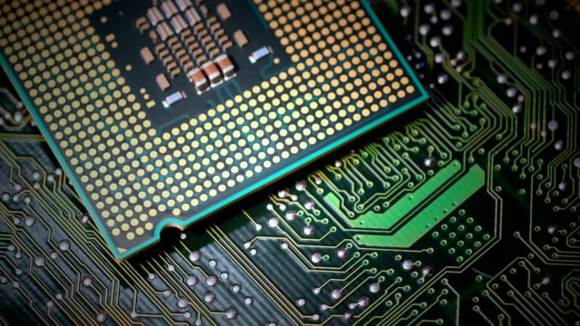 プリント電子回路基板上のcpuチッププロセッサのクローズアップ。 - 半導体点の映像素材/bロール
