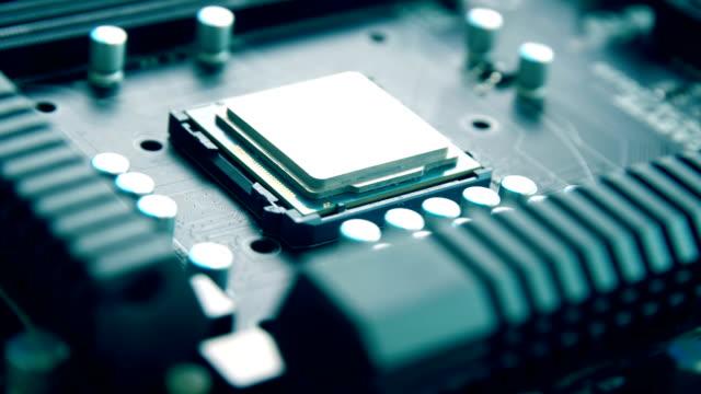 närbild av cpu på elektroniskt kretskort - planka bildbanksvideor och videomaterial från bakom kulisserna