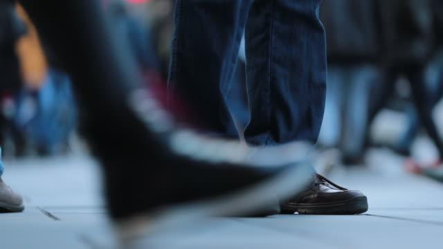 120 프레임에 군중 피트의 클로즈업입니다. 군중 사람들이 거리에 걷는 다리 - 낮음 스톡 비디오 및 b-롤 화면