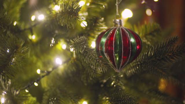 nahaufnahme des geschmückten weihnachtsbaums - girlande dekoration stock-videos und b-roll-filmmaterial