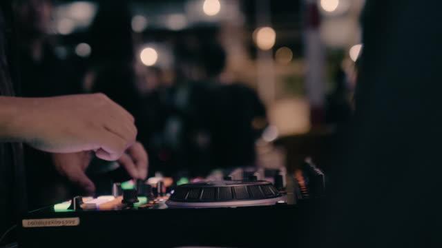 vidéos et rushes de gros plan de mains de dj qui jouent sur scène et la piste en boîte de nuit à parti - synthétiseur