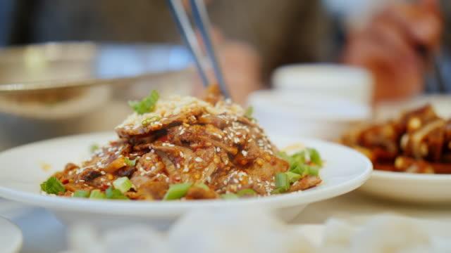 vídeos y material grabado en eventos de stock de un primer plano de comer autentica comida china con palillos. restaurante chino y el concepto de comida - comida china