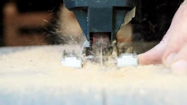 vídeos de stock e filmes b-roll de close-up of electric jigsaw in action - bricolage