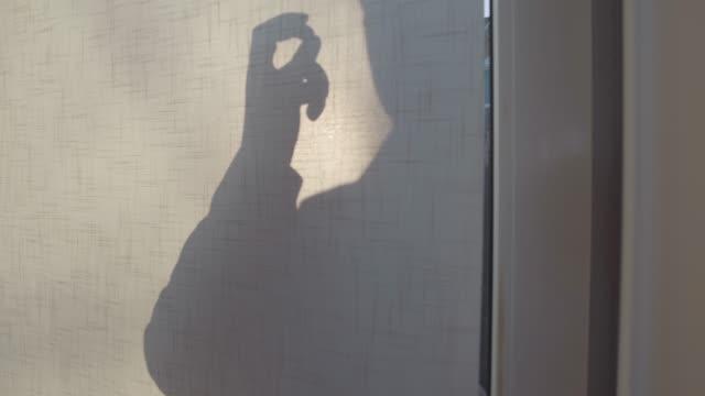 stockvideo's en b-roll-footage met close-up van de toegangsdeur met mannelijk silhouet kloppen. vrouwelijke kaukasische hand opening gordijn, bebaarde detective staande op de veranda. politieagent op het werk, verhoor getuigen, buren, misdaad. - buren