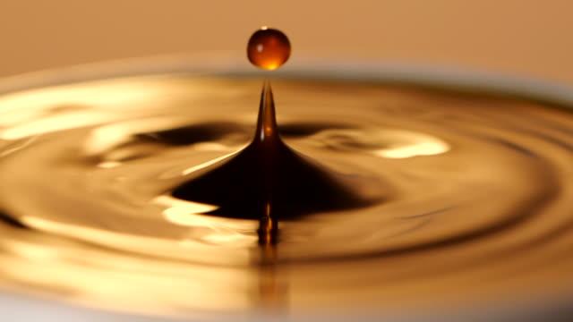 nahaufnahme von espresso-kaffee tropfen in die gefüllte tasse aus der kaffeemaschine in zeitlupe - koffeinmolekül stock-videos und b-roll-filmmaterial
