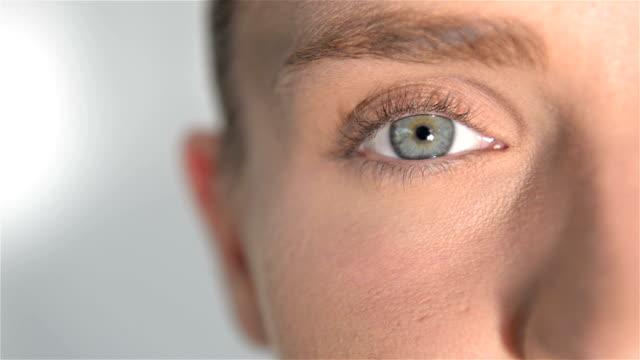 vídeos de stock e filmes b-roll de close-up do olho de mulher azul - contacts
