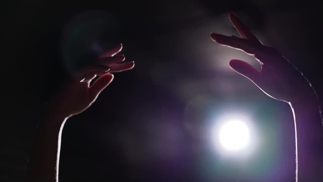 nahaufnahme der weiblichen hände hob im rampenlicht auf schwarzem hintergrund - ballettröckchen stock-videos und b-roll-filmmaterial