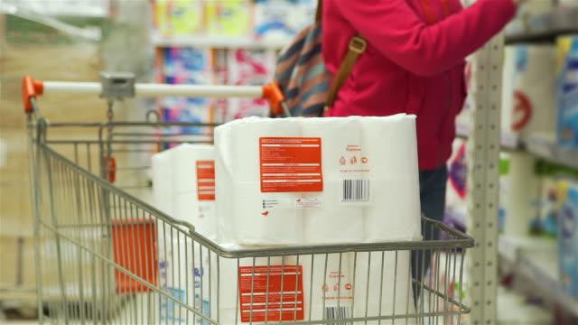 stockvideo's en b-roll-footage met close-up van vrouwelijk het winkelen voor toiletdocument - recessie