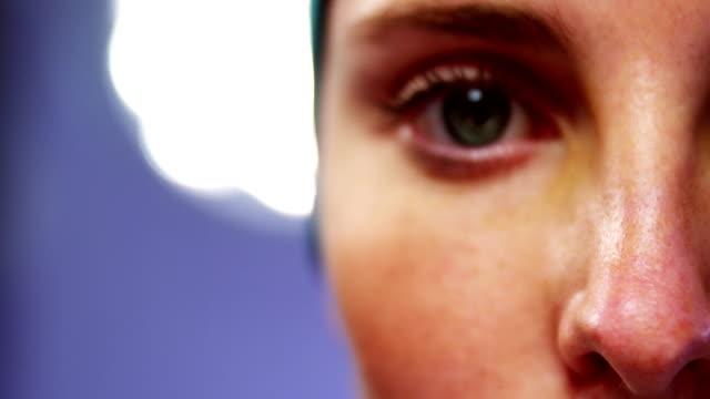vídeos de stock, filmes e b-roll de close-up de olhos cirurgiã na sala de cirurgia - 20 24 anos