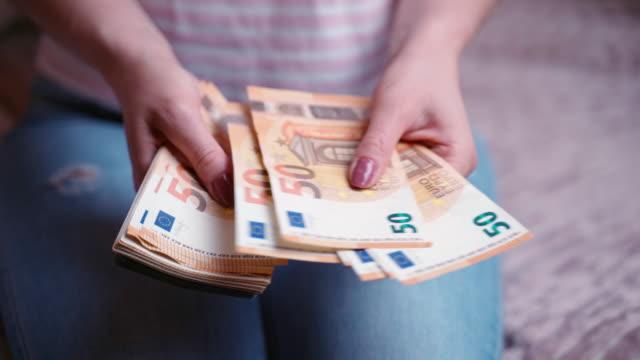 närbild av kvinnors händer räkna stack av euro pappersvalus, pengar kontanter och finansiella beräkningar. begreppet investeringar, ekonomisk framgång, stora inkomster eller karriäravancemang, dolly shot 4k-bilder - dirty money bildbanksvideor och videomaterial från bakom kulisserna