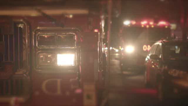 vídeos y material grabado en eventos de stock de primer plano de bomberos con luces de advertencia. carro de fuego en la noche. - brigada