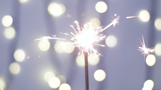 불꽃 불꽃 불꽃 불타는의 클로즈업. 파란색 배경에 불꽃 놀이 굽기 - new year 스톡 비디오 및 b-롤 화면