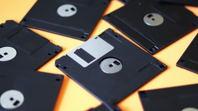 vídeos y material grabado en eventos de stock de primer plano de disquetes - disquete