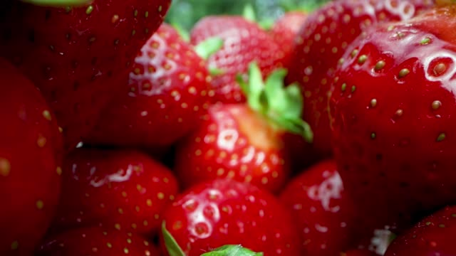 vídeos de stock e filmes b-roll de closeup of fresh ripe strawberries. dolly shot - morango