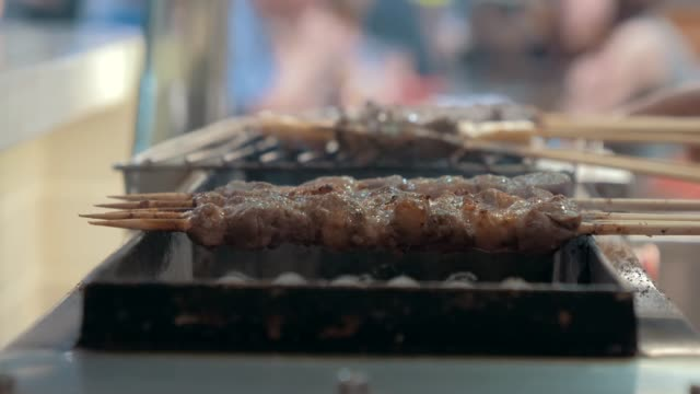 close-up of frying pieces of meat in the grill. asian cuisine. - video di bancarella video stock e b–roll