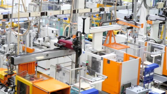 primo piano di un futuristico robot macchine - metal robot in logistic factory video stock e b–roll