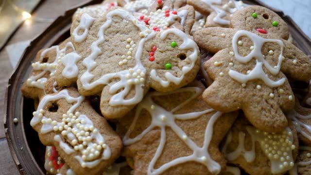 vídeos de stock e filmes b-roll de closeup of gingerbread men cookies. 4k - christmas cake
