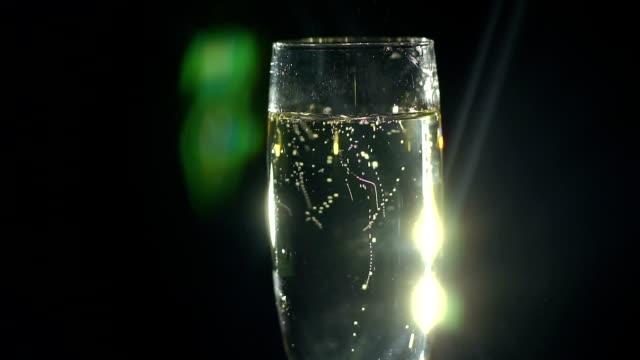 vidéos et rushes de gros plan de coupe de champagne sur fond noir. - flûte à champagne