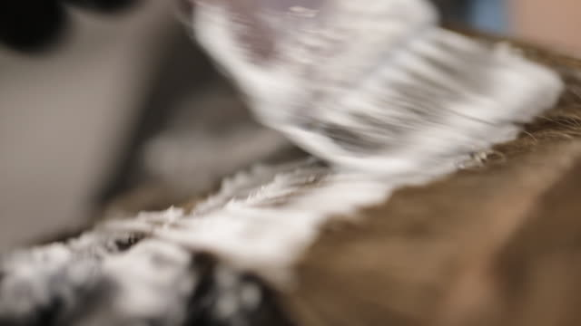 nahaufnahme des friseurs, der haarfärbemittel auf braunes haar aufwendet - haartönung stock-videos und b-roll-filmmaterial