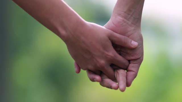 primo-alto delle mani separate. disgiungere le mani, separazione delle mani - divorce video stock e b–roll