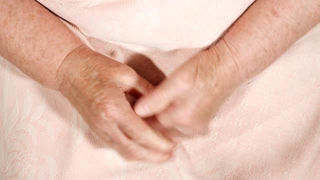 vídeos de stock, filmes e b-roll de close-up das mãos de uma idosa com manchas de idade - braço humano