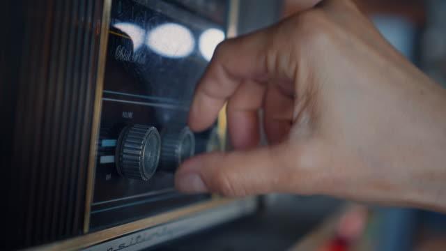 vídeos y material grabado en eventos de stock de close-up de manos usando la radio analógica vintage - disco audio analógico