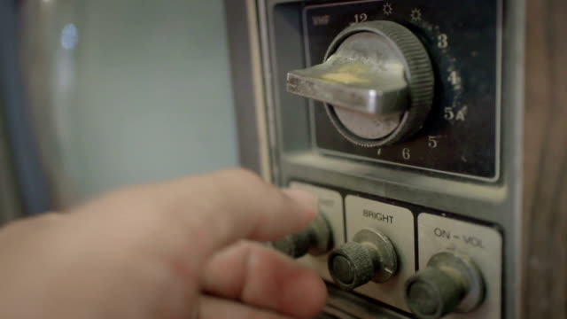 クローズアップを使用して手の古いテレビ - 古風点の映像素材/bロール
