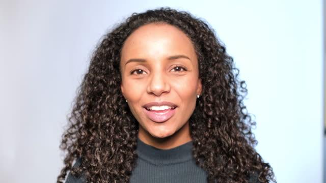närbild av lycklig afrikansk kvinna pratar - huvud bildbanksvideor och videomaterial från bakom kulisserna