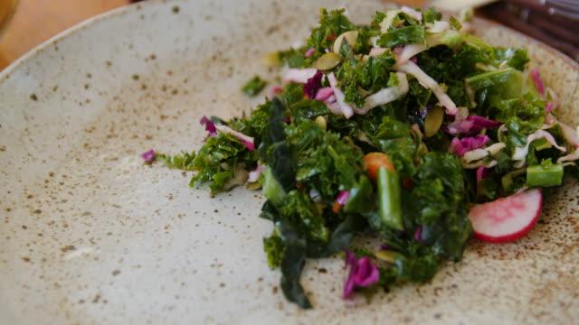 vídeos de stock, filmes e b-roll de close-up da salada saudável na placa na tabela - vegetarian meal