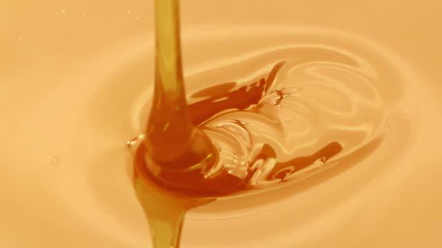 close-up of honey falling - сироп стоковые видео и кадры b-roll