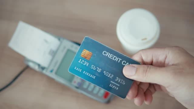 stockvideo's en b-roll-footage met close-up van menselijke hand die de creditcard aan de verkoper geeft, slow motion - snavel