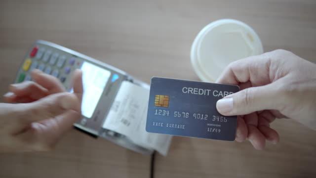 nahaufnahme der menschlichen hand geben die kreditkarte an den verkäufer,slow motion - menschliche tätigkeit stock-videos und b-roll-filmmaterial