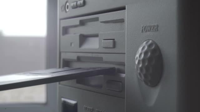 """vídeos y material grabado en eventos de stock de primer plano de la inserción y extracción de un disco de disquete de 5.25"""" al viejo estilo - disquete"""