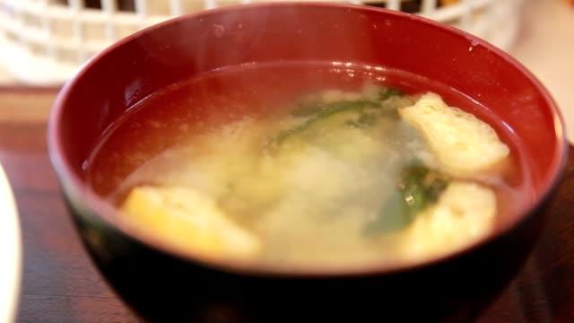 närbild av japansk misosoppa i en skål på bordet - misosås bildbanksvideor och videomaterial från bakom kulisserna