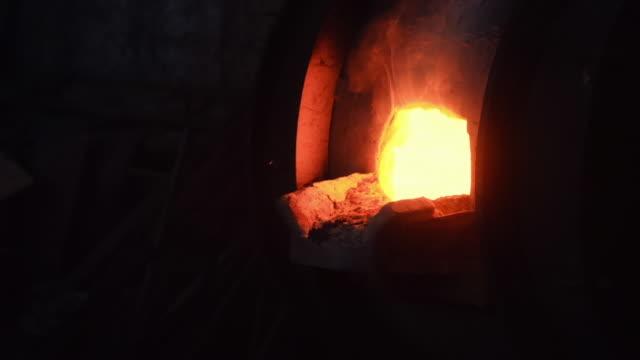 古い冶金工場または工場の大型鉄溶解炉のクローズアップ。ストック映像。冶金工場の産業詳細 ビデオ