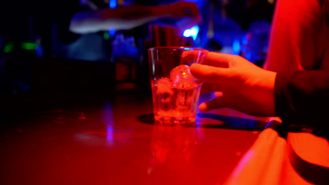 erkek içme cam alkol gece kulübü, gece hayatı sayacında close-up - bar i̇çkili mekan stok videoları ve detay görüntü çekimi