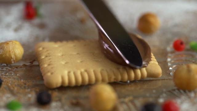 vídeos y material grabado en eventos de stock de primer plano de manos hombres separarse mantequilla en las galletas en la cocina, lenta - alergias alimentarias