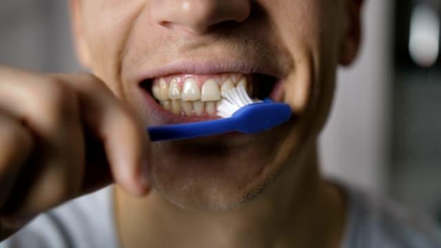 erkek ağız diş fırçalama close-up - diş sağlığı stok videoları ve detay görüntü çekimi