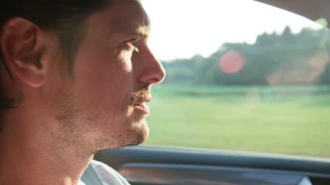 vídeos y material grabado en eventos de stock de primer plano del hombre conduciendo coche durante el viaje por carretera - conducir