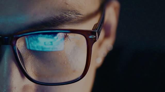vidéos et rushes de gros plan de le œil d'homme dans des verres, je regarde sur ordinateur - equipement médical