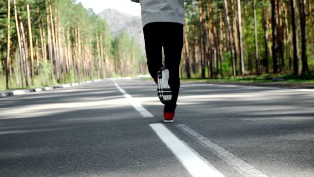 slow motion närbild man jogga och träna för maraton. - tävlingsdistans bildbanksvideor och videomaterial från bakom kulisserna