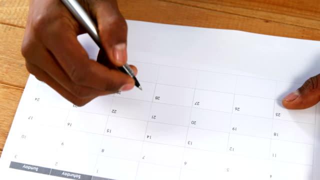 närbild av man markera med penna på kalender - 25 29 år bildbanksvideor och videomaterial från bakom kulisserna