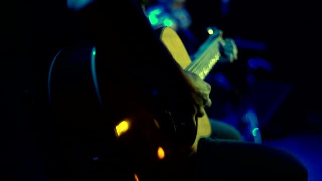 vídeos de stock, filmes e b-roll de close-up do homem tocando violão no show de rock - música acústica