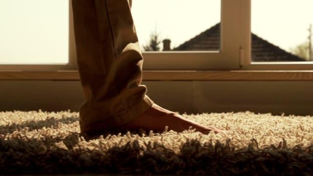 primo piano di uomo che cammina sul tappeto - moquette video stock e b–roll