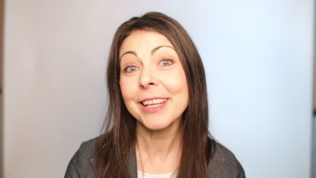 vidéos et rushes de plan rapproché de la femme mûre parlant avec enthousiasme - une seule femme d'âge mûr