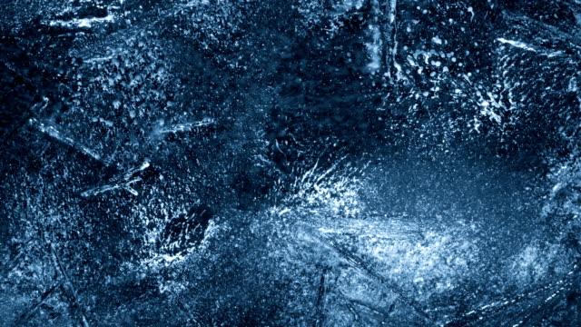 крупным планом таяние льда на черном фоне - ледник стоковые видео и кадры b-roll