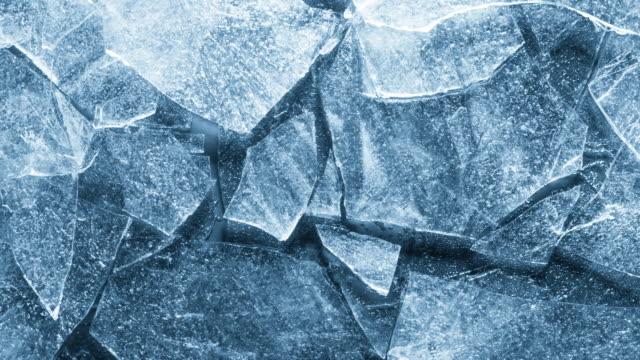 vídeos de stock, filmes e b-roll de close-up de textura de gelo derretendo. - gelo