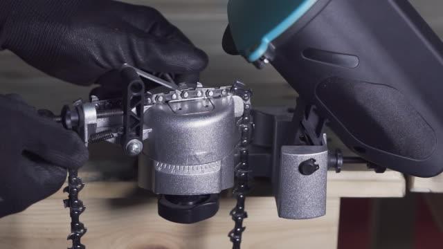 close-up of metalworker tuning tool with disc for metal befor work in carpentry shop . slow motion - narzędzie z napędem elektrycznym filmów i materiałów b-roll
