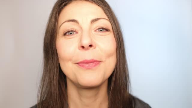 vidéos et rushes de plan rapproché de la femme adulte moyenne souriant - une seule femme d'âge mûr